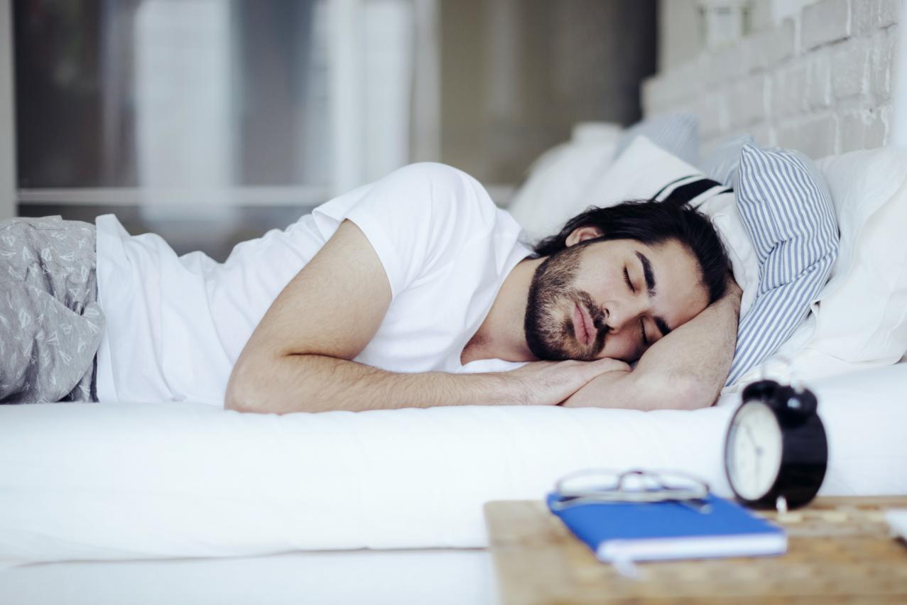 النوم على الجانب شخص متوازن