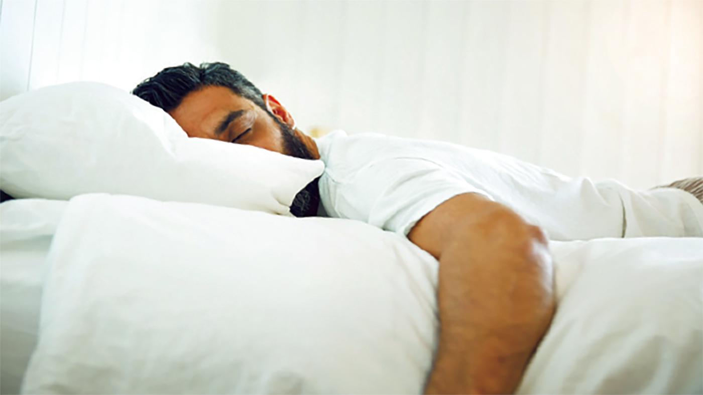 النوم على المعدة شخص منغلق