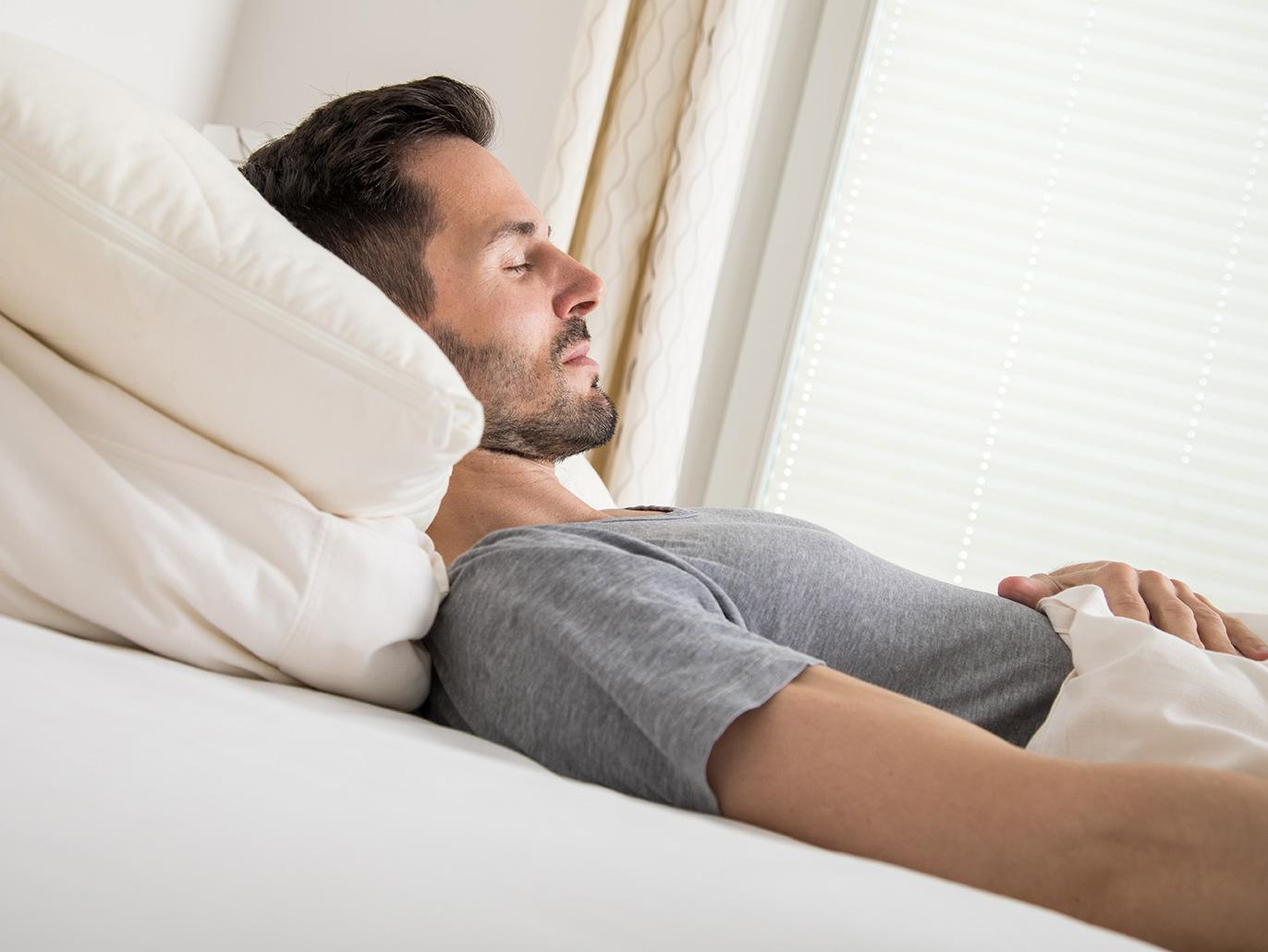 النوم على الظهر شخص منفتح ويشعر بالأمان