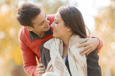 الرجال يقعون في الحب بشكل أسرع، لكنهم يلتزمون بالحب بشكل أبطأ