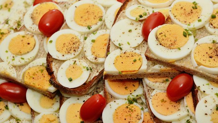 أشياء يجب تجنب القيام بها بعد تناول وجبة غنية بالكوليسترول