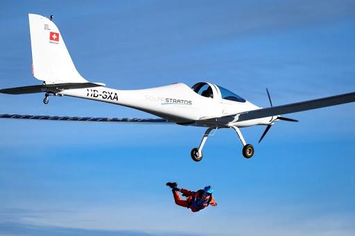 بطائرة تعمل بالطاقة شمسية مظلي ينفذ أول قفز في العالم