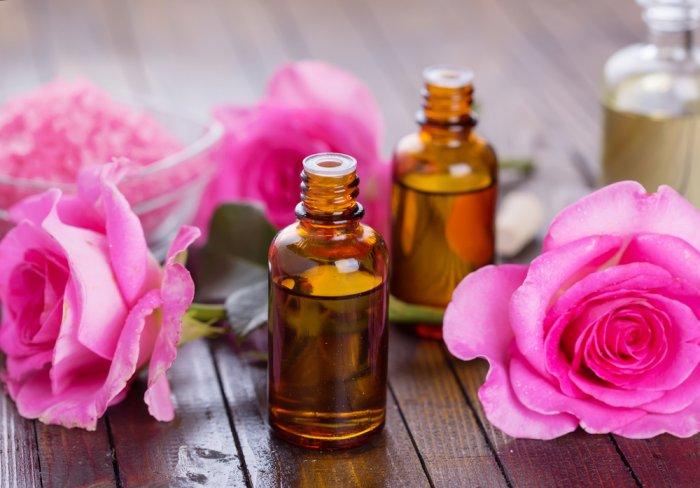فوائد زيت الورد للشفاه 1