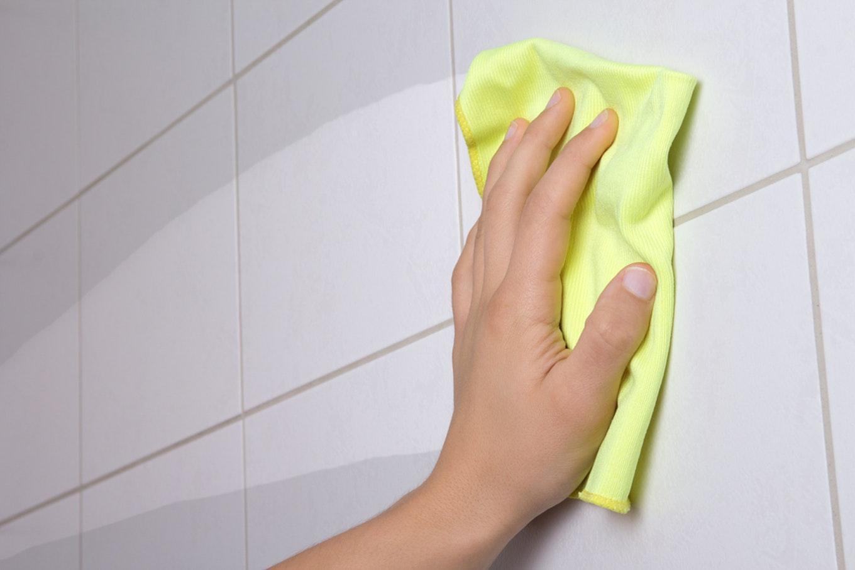طُرق تنظيف جُدران الحمام من الترسُبات-2