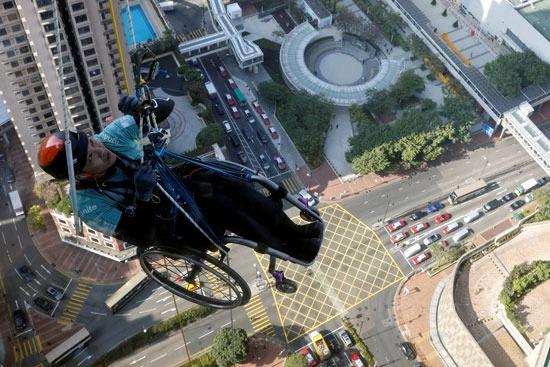 تسلق ناطحة سحاب بطول 250 مترا على كرسي متحرك - صور